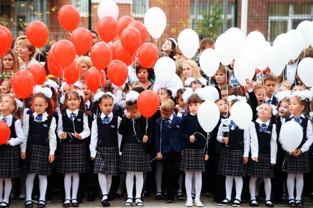 Ученики гимназии № 183 города Казани во время торжественной линейки, посвященной Дню знаний.