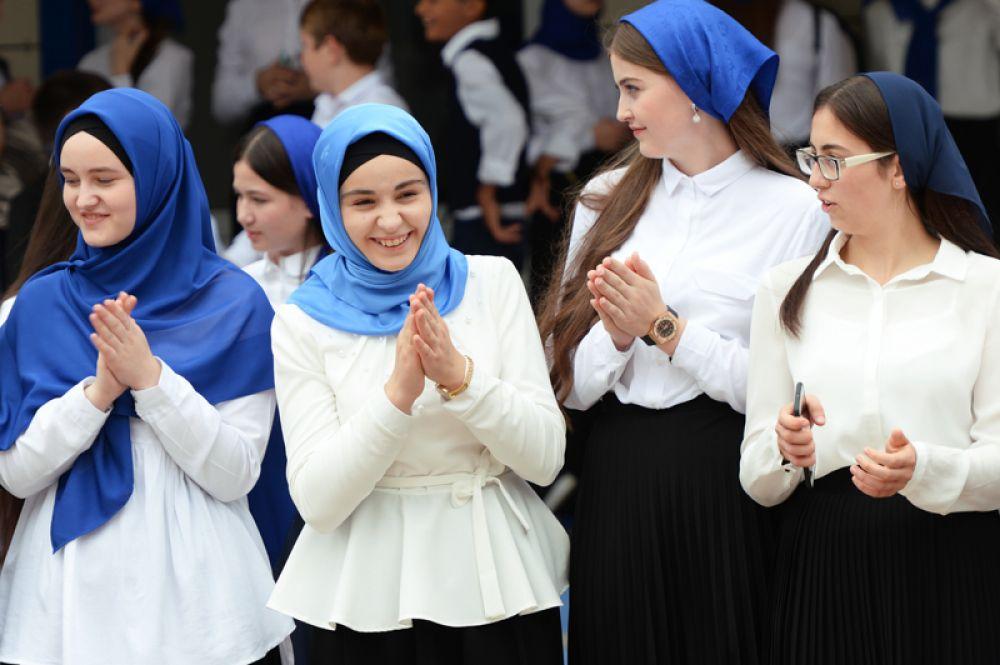 Ученицы школы № 53 Октябрьского района Грозного во время торжественной линейки, посвященной Дню знаний.