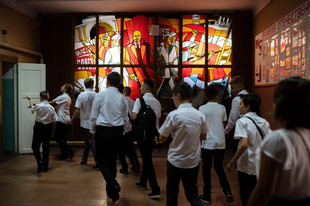 Ученики школы № 6 города Ялты заходят в класс после торжественных мероприятий, посвященных Дню знаний.