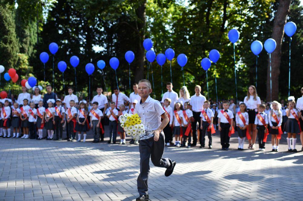 Ученик школы № 6 города Ялты во время торжественной линейки, посвященной Дню знаний.