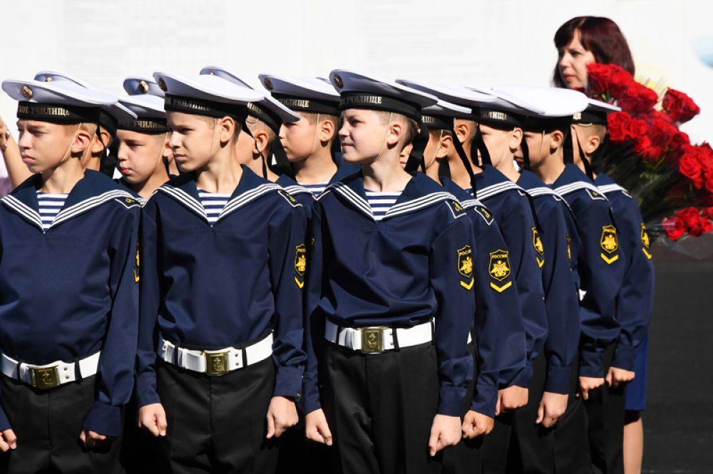 Ученики Аэрокосмического лицея №13 города Химки перед началом торжественной линейки, посвященной Дню знаний.