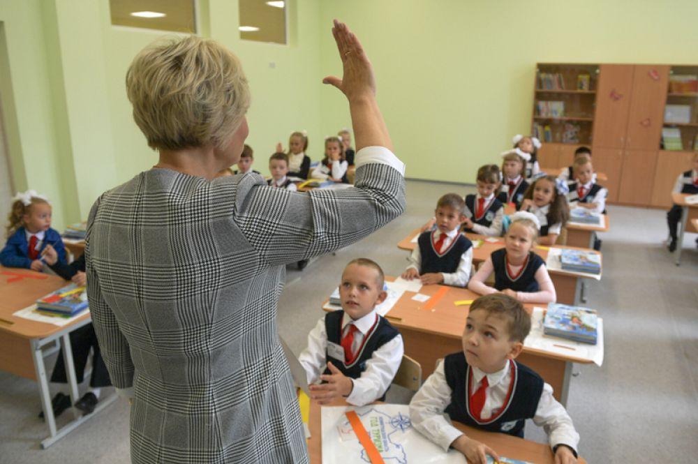 Учительница средней общеобразовательной школы «Муринский центр образования 2» в поселке Мурино во время первого занятия.