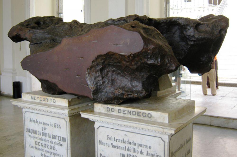Метеорит Bendegó, найденный в штате Баия — самый большой железный метеорит из когда-либо найденных в Бразилии весом 5260 килограмм.