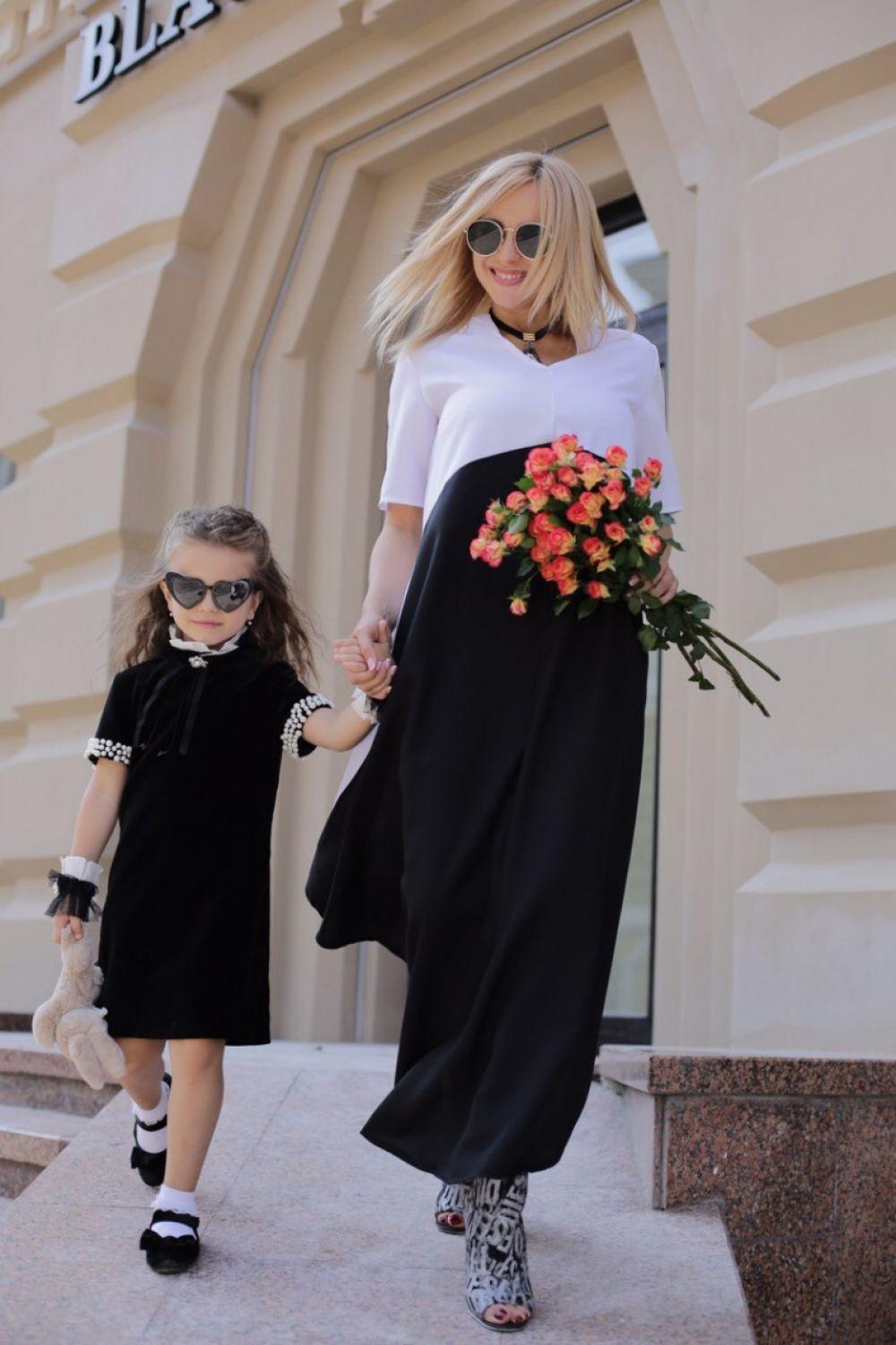 В первый класс, причем тоже без бантов, отправилась дочь Лилии Ребрик - Диана. Причем, девочка отправится в школу через дорогу от дома.