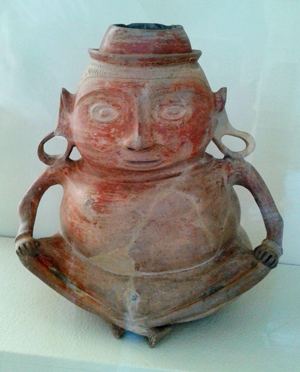 Ваза в виде сидящего человека, около 1000-1400 годы н.э.