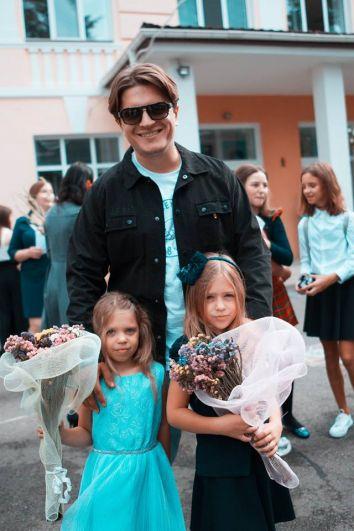 Начнем мы с наших первоклашек! 3го сентября в первый класс отправилась Алиса - дочь шоумена Анатолий Анатолича. Родители - Анатолич и Юла, обошлись без бантов и передников, но так получилось очень стильно.
