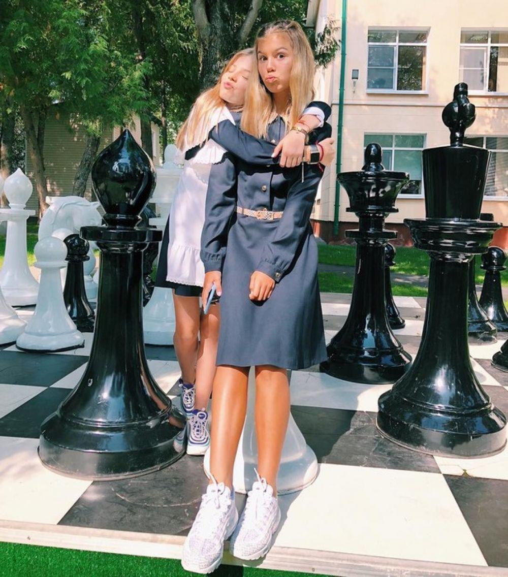 Анна Седокова отвела свою старшую дочь Алину в Ломоносовскую гимназию.