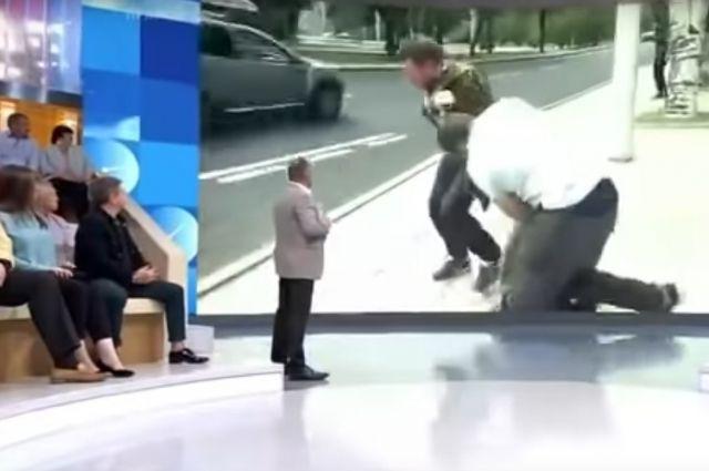 В Донецке неизвестный избил журналиста в прямом эфире