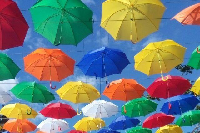 Сначала на набережной висели цветные зонтики, потом их заменили на белые.