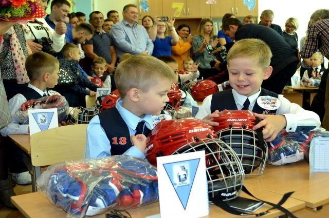 В школах Надыма открыли футбольный и хоккейный классы