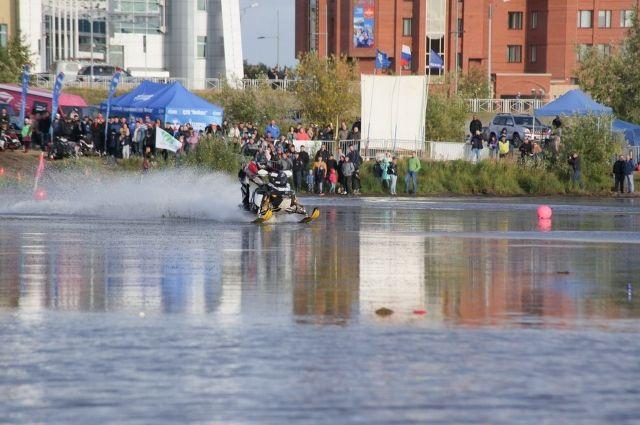 В Новом Уренгое подвели итоги гонок на снегоходах по воде