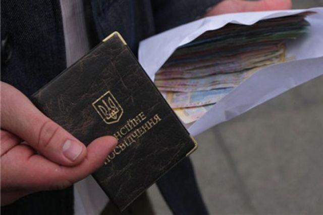 Нацкомиссия разрешила частным компаниям распоряжаться пенсиями украинцев