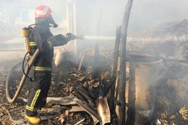 Загорелись три тонны сена и сеновал. Спасатели полтора часа боролись с огнем, после чего нашли тело ребенка.
