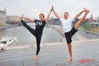 Занятия йогой на свежем воздухе полезны москвичам всех возрастов.