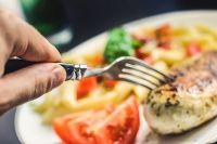 Горячая еда может принести вред полости рта, гортани и пищеводу.