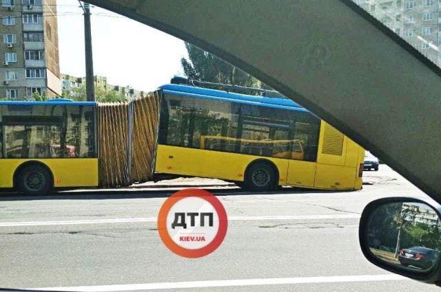 В Киеве во время движения троллейбус сломался пополам