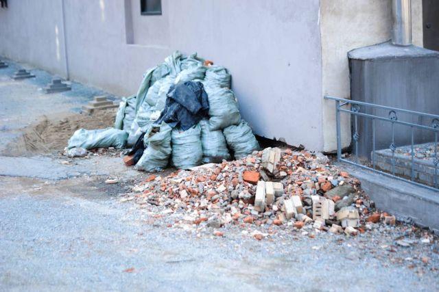 Вместо кабинетов для учёбы - кучи стройматериалов и мусора.
