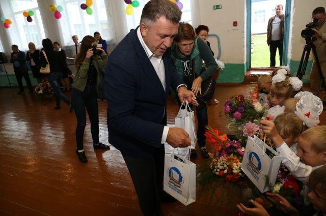 Депутат вручил подарки первоклассникам.