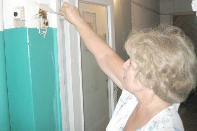 После жалоб на соседа дверной замок и почтовый ящик Натальи Корневой кто-то регулярно портит.