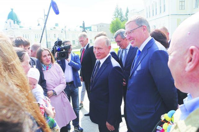 Президент России Владимир Путин во время визита в Омск прошёлся по Любинскому проспекту, пообщался с жителями.