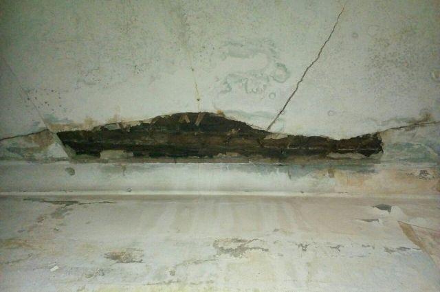 В соседней комнате также появились трещины на потолке.