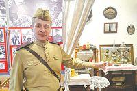 Алексей Чубаров проводит экскурсию в военно-историческом музее «Юные защитники Родины».