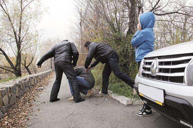 Если взыскатели ведут себя агрессивно, угрожают, хамят, портят имущество - необходимо обращаться в полицию.