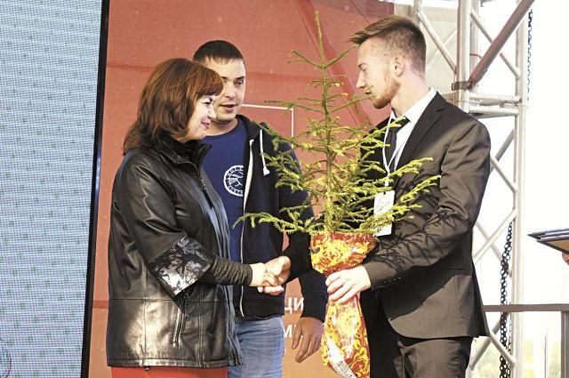 Наталье Смирновой, которая живёт в Перми, в микрорайоне Парковом, вручили диплом и подарки.