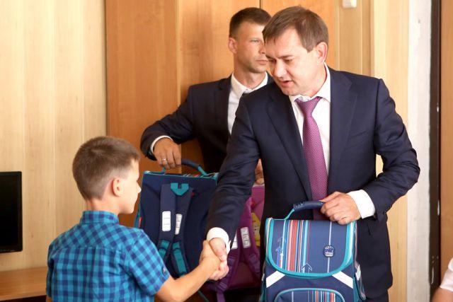 Владимир Нетёсов вручил подарки ребятам из Верхнего Мамона.