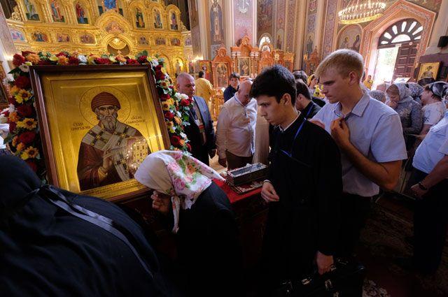 Верующие стоят в очереди к мощам святителя Спиридона Тримифунтского в Свято-Екатерининском соборе в Краснодаре.