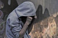 Агрессивные подростки нападают на людей в общественных местах.