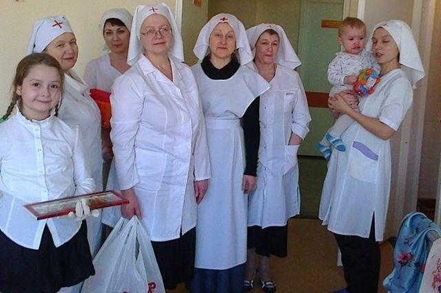 Волонтеры помогают пожилым, инвалидам, больным.