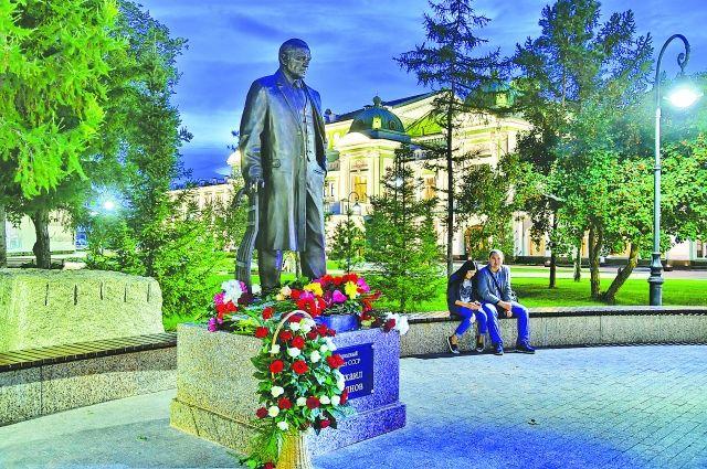 Памятник великому земляку установлен у драмтеатра в Омске.