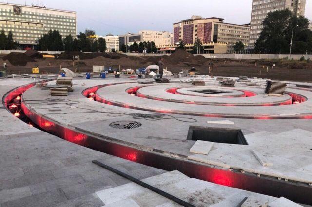 Площадь самого фонтана – 25 на 40 метров. Форсунки 10-ти видов позволят выдавать разнотипные струи: вертикальные, веерные, спиральные, пенные, капельные и другие. Для различных спецэффектов будут созданы «водный экран» и лазерные лучи
