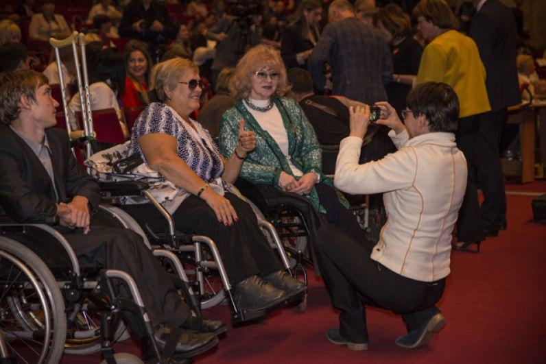 В Новосибирском академическом молодежном театре «Глобус» в четвертый раз прошел международный конкурс красоты для девушек, передвигающихся на колясках, «Мисс Интеграция».