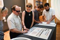 Янина с слабовидящими посетителями в Музее архитектуры, где выставлены тактильные модели