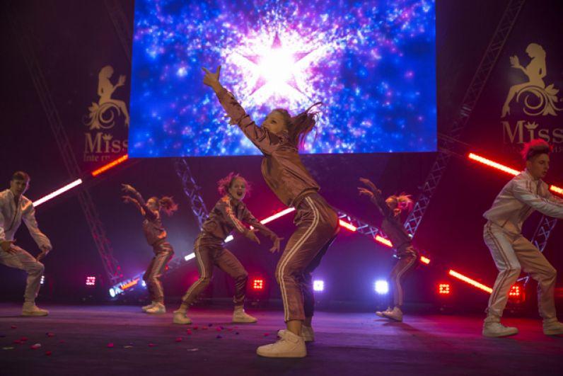 Шоу сопровождали выступления творческих коллективов.