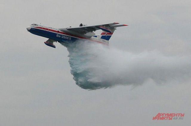 Сброс воды самолетом Бе-200.