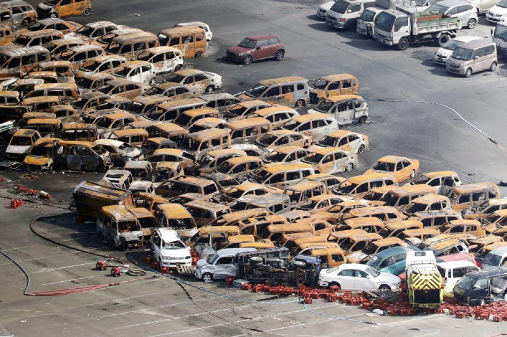 Автомобильная стоянка в городе Нисиномия после того, как на нее обрушился тайфун «Джеби», Япония.