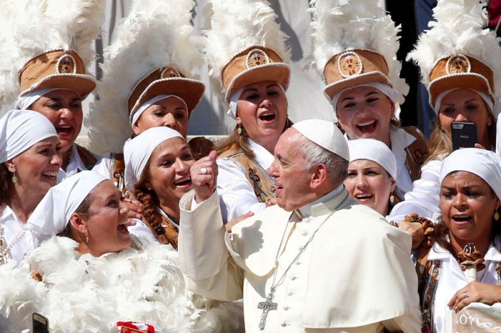 Папа Римский Франциск во время аудиенции на площади Святого Петра в Ватикане.