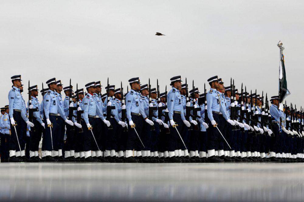 Солдаты военно-воздушных сил Пакистана во время торжественных мероприятий в честь Дня защиты Пакистана, Карачи.