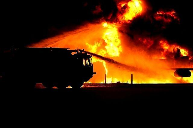 В Курманаевском районе 13 человек тушили  960 кв.м. складских помещений.