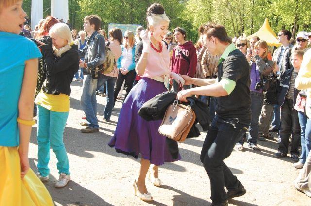 Любители потанцевать могут отправиться в парк Горького на танцевальный семейный праздник.