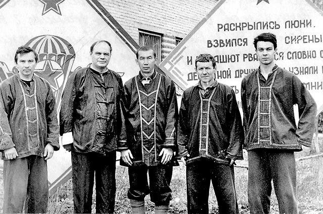 «Раскрылись люки, взвился зов сирены». Герман Попов (второй слева) проводит Всесоюзный семинар по рукопашному бою на базе ВДВ в подмосковных Медвежьих Озёрах.