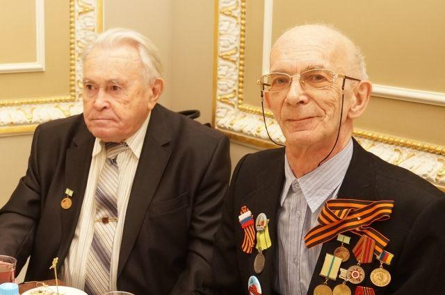 Алексей Фёдоров (на фото справа)