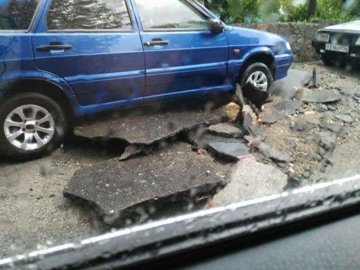 «Не далеко от Евпатории тоже такая стихия была. Очень страшно было! Видимо, по всему Крыму такое пронеслось», – пишут в сети.