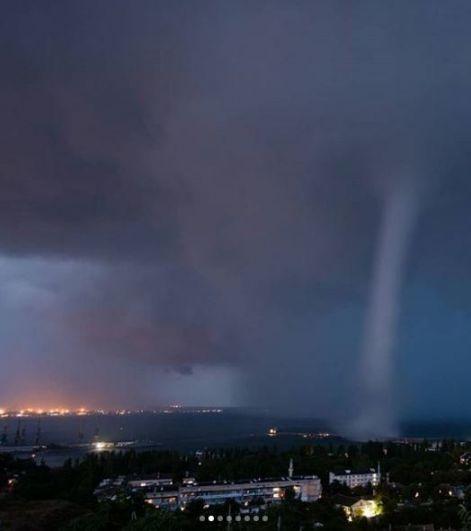 Людям удалось запечатлеть молнии и вихрь прямо над морем.