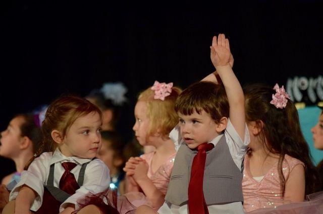 Юные тюменские танцоры пригласили родителей на фестиваль с помощью видео