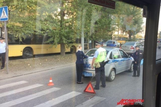 На месте ДТП всё ещё работает полиция.