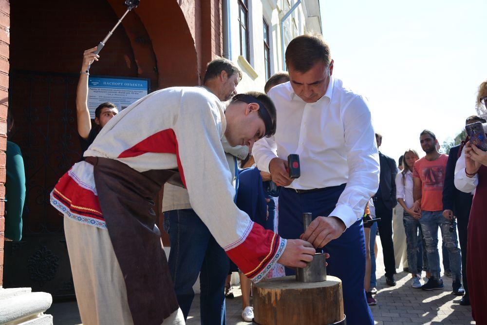 Алексей Дюмин чеканит монеты.